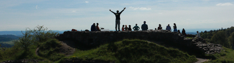 Aufstellungsarbeit auf dem Hügel mit Burgruine Schauenberg (Foto von Seraina Dähler)
